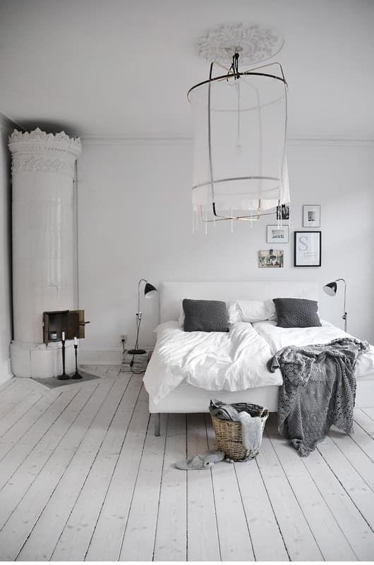 Дом в белых и светло-серых тонах с камином